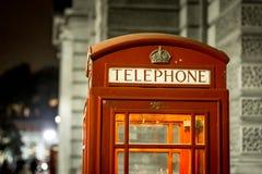 Boże Narodzenie dekorujący klasyczny telefon boksuje w Westminister, Londyn Zdjęcie Stock