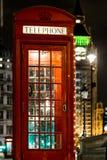 Boże Narodzenie dekorujący klasyczny telefonu bos w Westminister, Londyn Zdjęcie Stock