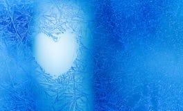 Boże Narodzenie miłości serce marznący błękitny nadokienny tło Walentynka dnia kartka z pozdrowieniami z miłość kształta lodem i  obrazy stock