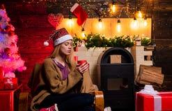 Boże Narodzenie moda Domowa Bożenarodzeniowa atmosfera Piękna Santa klauzula kobieta portreta uśmiechnięci kobiety potomstwa luz obrazy stock