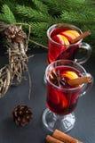 Boże Narodzenie napój Gorący Rozmyślający wino z cynamonem i choinką na czerń łupku naczyniu Zamyka up, kopii przestrzeń Zdjęcia Royalty Free