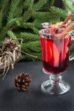 Boże Narodzenie napój Gorący Rozmyślający wino z cynamonem i choinką na czerń łupku naczyniu Zamyka up, kopii przestrzeń Fotografia Royalty Free