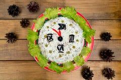 Boże Narodzenie oliwek zieleni sałatkowi ryżowi grochy - pojęcie nowego roku zegarowa twarz, północ, brown drewniana tło świerczy Fotografia Stock
