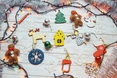 Boże Narodzenie ornamenty i girland światła na drewnianym białym backgroun Fotografia Royalty Free