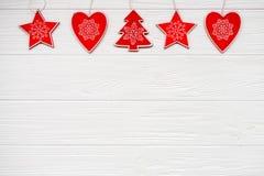 Boże Narodzenie ornamenty na białym drewnianym tle karciany ilustraci wektoru xmas szczęśliwego nowego roku, Mieszkanie nieatutow zdjęcia stock