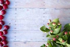 Boże Narodzenie ornamenty na drewnianym tle Zdjęcia Royalty Free