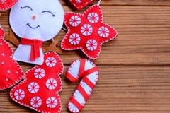 Boże Narodzenie ornamenty na drewnianym tle z kopii przestrzenią dla teksta Odczuwana choinka, gwiazda, bałwan, cukierek trzcina zdjęcie stock