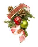 Boże Narodzenie ornamenty, sosna Konusują, Czerwony faborek i sosna Rozgałęzia się dalej Fotografia Royalty Free