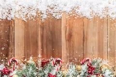 Boże Narodzenie ornamenty z śniegiem na drewnianym tle, rabatowy projekt Zdjęcia Stock