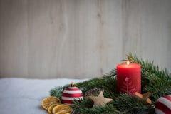 Boże Narodzenie ornamenty z śniegiem, sosną i czerwieni świeczką, obrazy stock