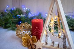 Boże Narodzenie ornamenty z śniegiem, sosną i xmas światłami, zdjęcia stock