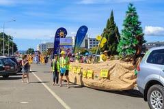 Boże Narodzenie parada w Rotorua, Nowa Zelandia Dziecinów dzieciaki w waka czółnie obrazy stock