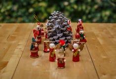 Boże Narodzenie postacie wokoło pinecone Fotografia Stock
