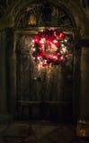 Boże Narodzenie rafa na starym Hiszpańskim drzwi Zdjęcia Stock
