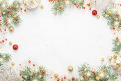 Boże Narodzenie rama świerczyna, czerwień & złoto bożych narodzeń dekoracje na w, fotografia stock