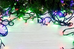 Boże Narodzenie rama girland światła na jedlinowych gałąź elegancki borde Obrazy Stock