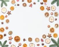 Boże Narodzenie rama robić z jodeł gałąź, owoc, pikantność i wakacji cukierki suszący, na białym biurka tle Kreatywnie układ Obraz Royalty Free