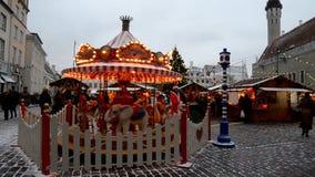 Boże Narodzenie rynek na urzędu miasta kwadracie w Tallinn zdjęcie wideo