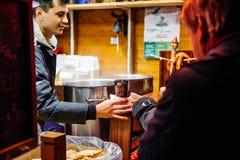 Boże Narodzenie rynek z ludźmi kupuje rozmyślającego wino Obrazy Royalty Free