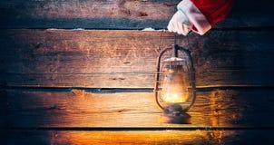 boże narodzenie w tle obramiająca wakacyjna scena Święty Mikołaj ręki mienia rocznika nafciana lampa Zdjęcia Stock