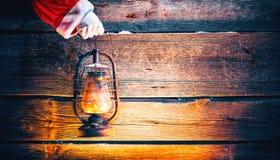 boże narodzenie w tle obramiająca wakacyjna scena Święty Mikołaj ręki mienia rocznika nafciana lampa Zdjęcia Royalty Free