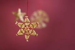 Boże Narodzenie złoty płatek śniegu, dekoracje na czerwieni Fotografia Royalty Free