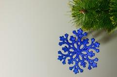 Boże Narodzenie zabawka na pojedynczej gałązki choince Obraz Royalty Free