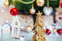 Boże Narodzenie zabawki przejażdżka Bożenarodzeniowy Elkay boże narodzenie prezentów white izolacji zdjęcie stock