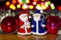 Boże Narodzenie zabawki wśród kolorowego jaskrawego Bokeh Zdjęcie Stock