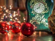 Boże Narodzenie zegar w bibliotece obrazy royalty free