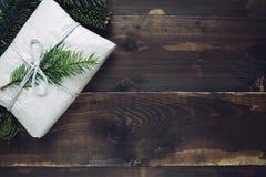 Bożego Narodzenia rzemiosła prezent na drewnianym tle Obraz Stock