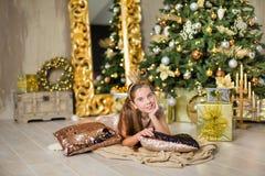 Bożego Narodzenia xmas przypadkowe złociste pracowniane dekoracje z śliczną dziewczyną i ogromnym lustrem z złotymi ramowymi obfi obrazy royalty free