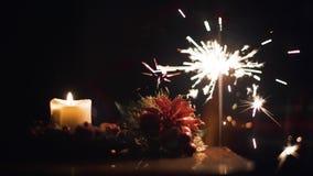 Bożenarodzeniowa świeczka i iskry Bengalia światło na choince diff 4K zbiory wideo
