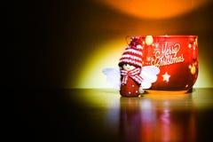 Bożenarodzeniowa świeczka i mała anioł postać na woodtable Obraz Royalty Free