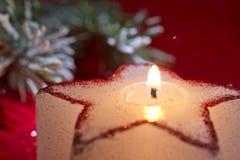 Bożenarodzeniowa świeczki gwiazda w czerwonym zbliżeniu Obraz Stock