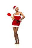 Bożenarodzeniowa afro amerykańska kobieta jest ubranym Santa kapeluszu ono uśmiecha się Fotografia Royalty Free