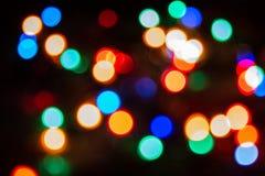 Bożenarodzeniowa atmosfera odtwarzająca przez typowych bożonarodzeniowych świateł z dekorującą choinką, zdjęcie stock