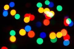 Bożenarodzeniowa atmosfera odtwarzająca przez typowych bożonarodzeniowych świateł z dekorującą choinką, zdjęcia royalty free