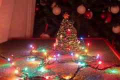 Bożenarodzeniowa atmosfera odtwarzająca przez typowych bożonarodzeniowych świateł z dekorującą choinką, obrazy royalty free