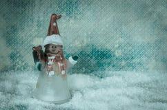 Bożenarodzeniowa bałwan postaci dekoracja przeciw błękitnemu śnieżnemu tłu obrazy stock