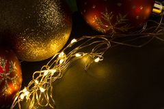 Bożenarodzeniowa balowa dekoracja z złotymi światłami Obrazy Stock