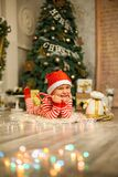 Bożenarodzeniowa chłopiec z czerwoną cukierek trzciną fotografia stock