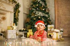Bożenarodzeniowa chłopiec z czerwoną cukierek trzciną zdjęcia royalty free