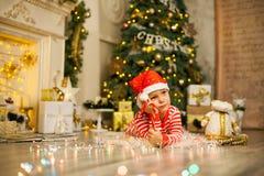 Bożenarodzeniowa chłopiec z czerwoną cukierek trzciną fotografia royalty free