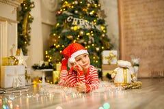 Bożenarodzeniowa chłopiec z czerwoną cukierek trzciną obraz royalty free