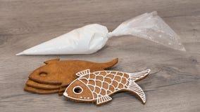 Bożenarodzeniowa ciasta i lodowacenia torba brogująca na drewnianym tle zdjęcia stock