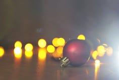 Bożenarodzeniowa czerwień i złote piłki z bokeh Zdjęcie Stock