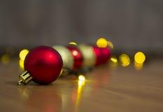 Bożenarodzeniowa czerwień i złote piłki z bokeh Zdjęcia Stock