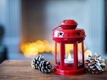 Bożenarodzeniowa czerwona latarka na tle nowego roku ` s zaświeca Skład nowego roku ` s pocztówka zdjęcia stock