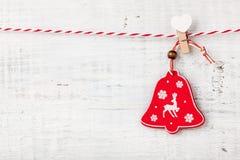 Bożenarodzeniowa dźwięczenie dzwonu dekoracja na drewnianym tle Obraz Stock